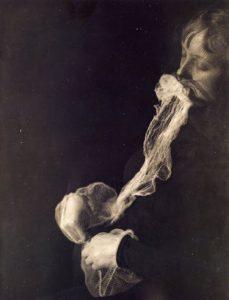 en noir et blanc, un portrait d'un homme enfumé